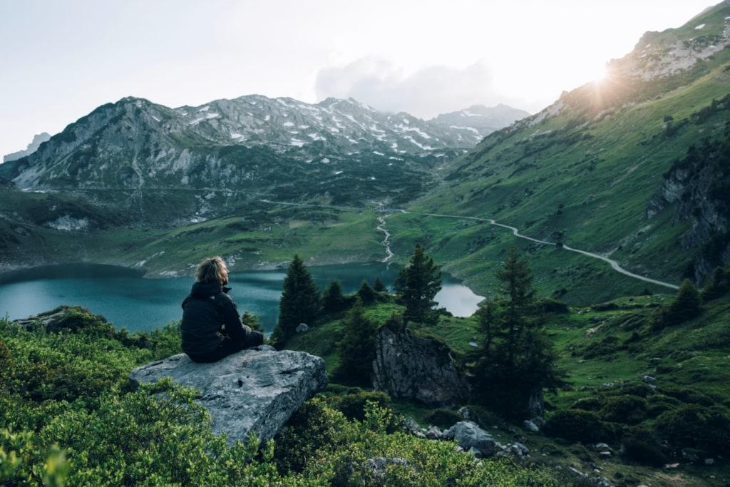 Wanderer auf dem Lechweg in Vorarlberg