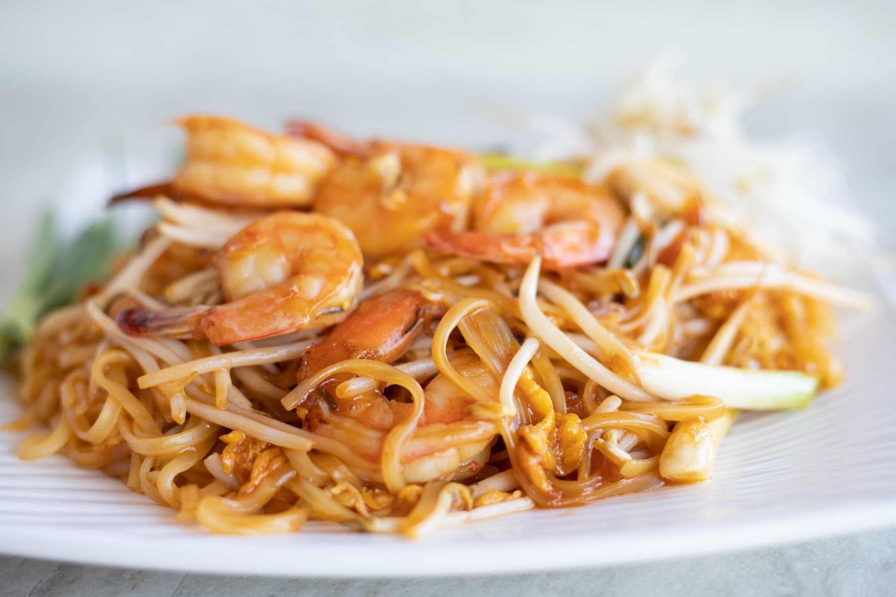 Eine Portion Pad Thai mit Shrimps