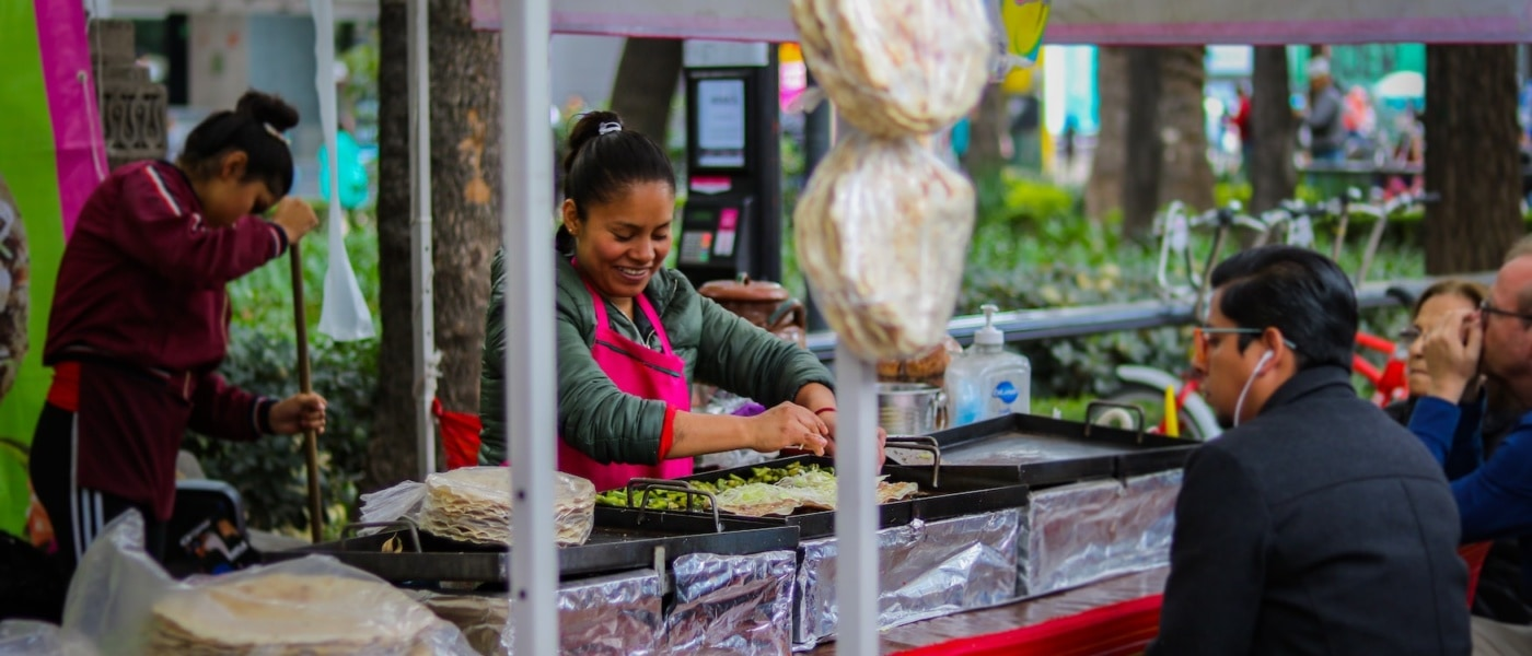Frau bereitet Quesadillas an einem Streetfood Markt in Mexiko City zu