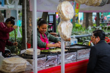 Frau bereitet Quesadillas an einem Streetfood Markt in Mexiko City zu