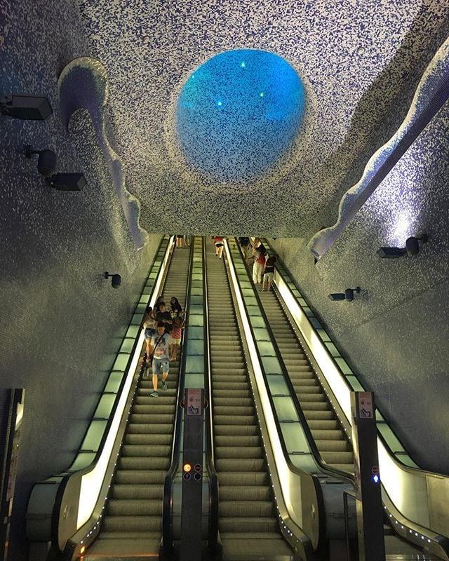 Die Rolltreppe führt in eine Welt unter dem Meeresspiegel – und zu einem der schönsten U-Bahnhöfe der Welt. In Neapel sind einige Metro-Stationen nicht einfach Umsteigeplätze, sondern Stationen der Kunst, geschaffen von namenhaften Architekten und Künstlern. Sehenswert sind sie alle, aber die Station Toledo ist wohl die am meisten fotografierte. #italien #neapel #kunst #passionpassport #reportervorort #travelgram #welivetoexplore #travel #traveldeeper