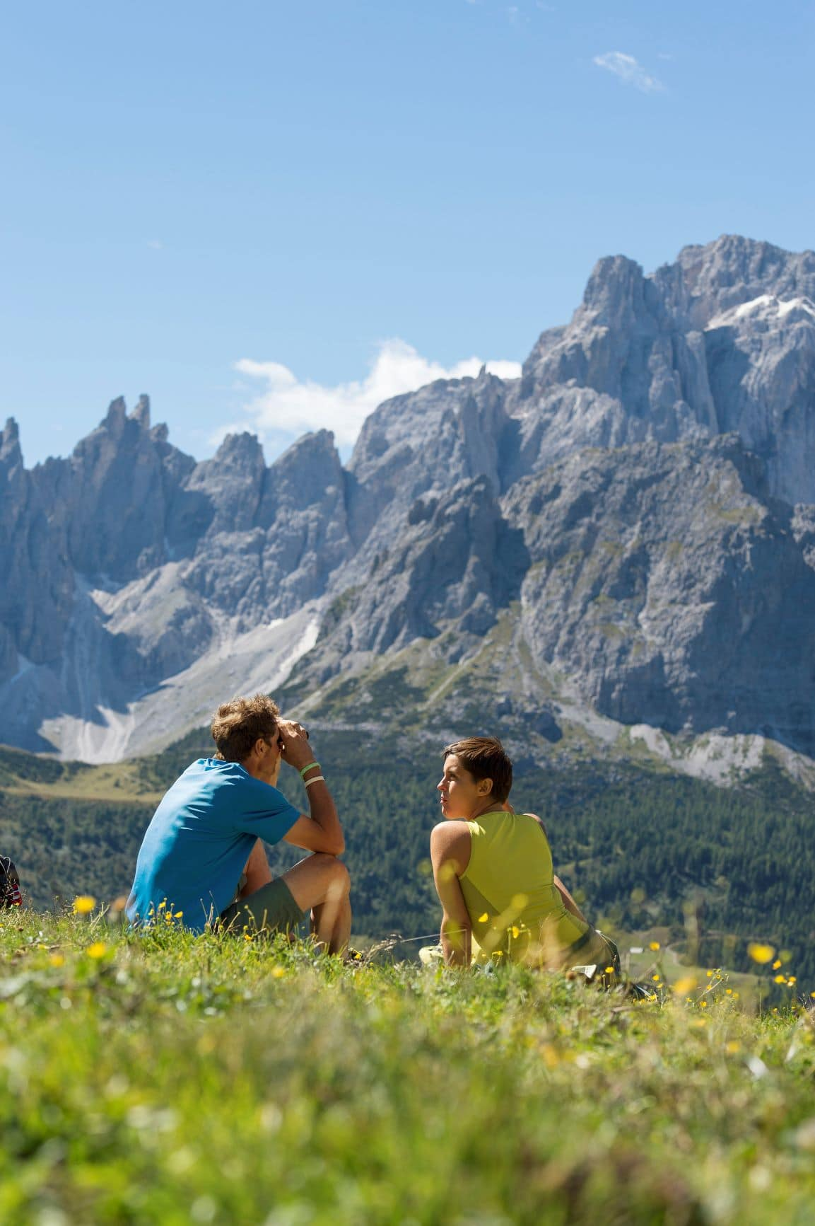Mann und Frau auf einer Wiese in den Dolomiten