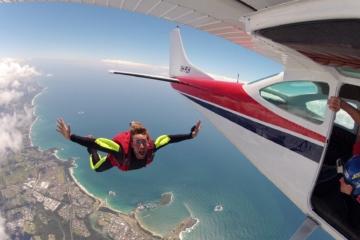 Skydiver springt aus einem Flugzeug