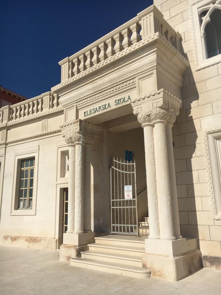 Gebäude der Steinmetzschule Brac