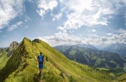 Bergwandern über einen Bergkamm in den Alpen, Österreich