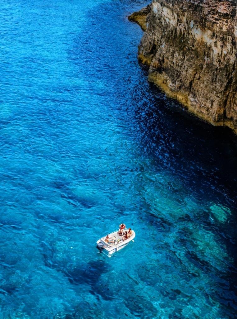 Boot vor Küste Cominos