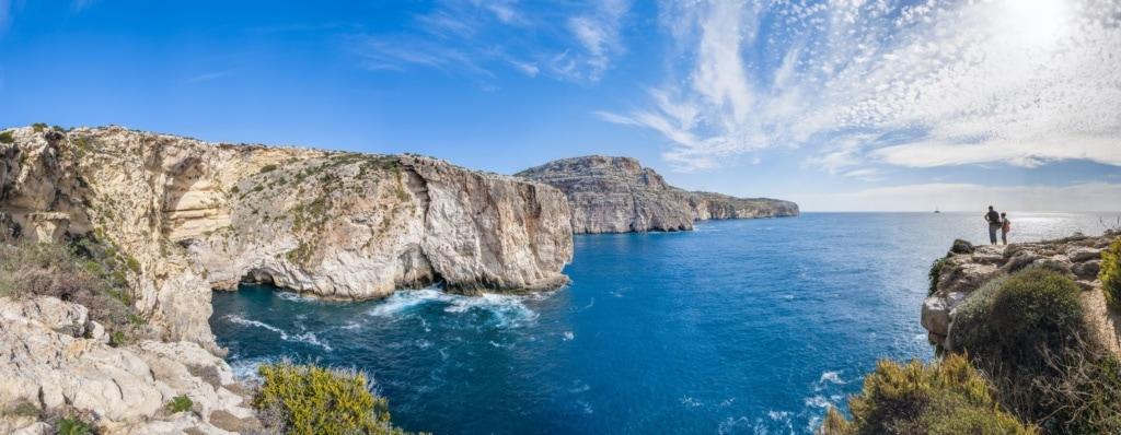 Touristen auf Felsen in Dingli auf Malta