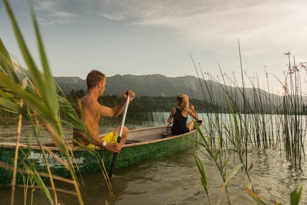 Paar auf Kanu auf dem Faaker See