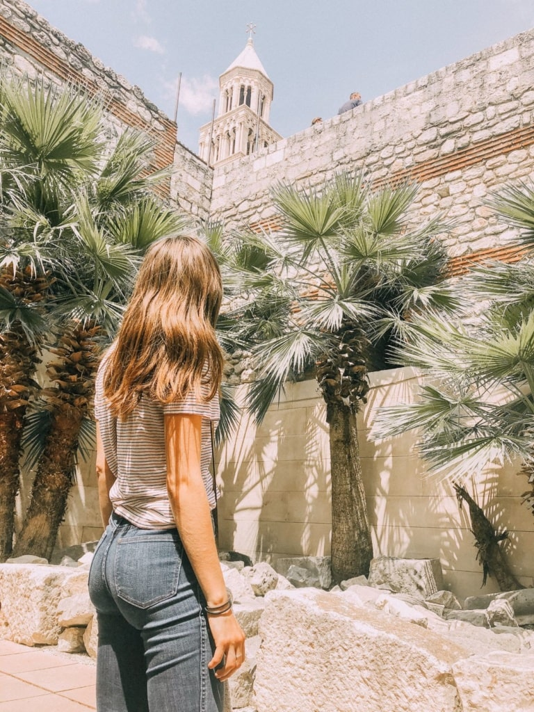 Junge Frau in Split beim Sightseeing