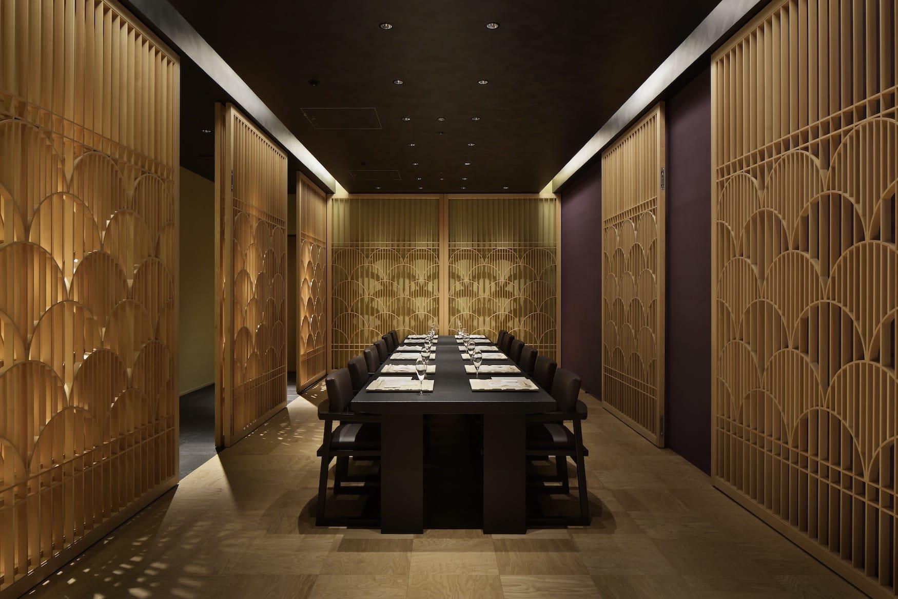 Minimalistisch eingerichteter Essenssaal im Luxus-Ryokan Hoshinoya in Tokio