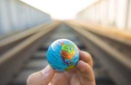 Hand hält Mini-Globus