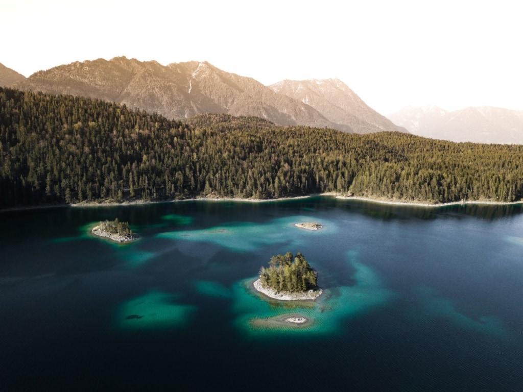 Inseln in Eibsee in Bayern