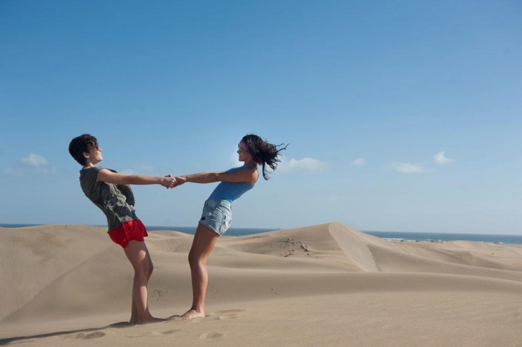 Lesben-Paar in Dünen auf Gran Canaria