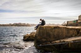 Malta Felsen junger Mann Kamera