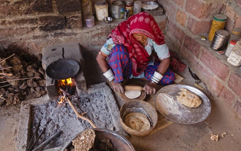 Diese indische Frau backt Naan-Brot.