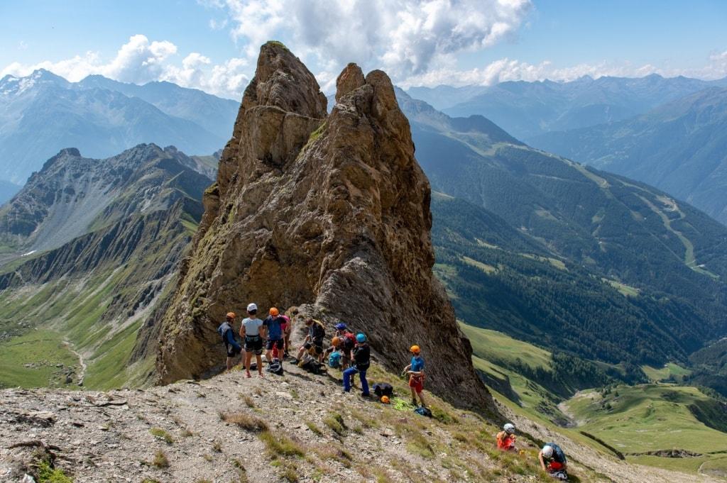 Klettersteige finden sich besonders in den Alpen wieder.