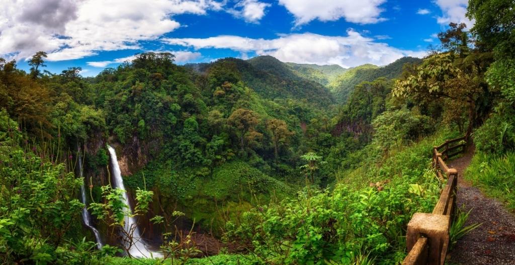 Panorama des Wasserfalls Catarata del Toro in Costa Rica