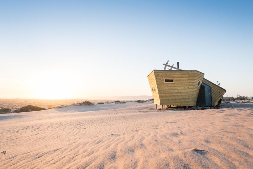 In der Form eines alten Schiffwracks steht die Shipwreck Lodge mitten in der Skelettwüste in Namibia
