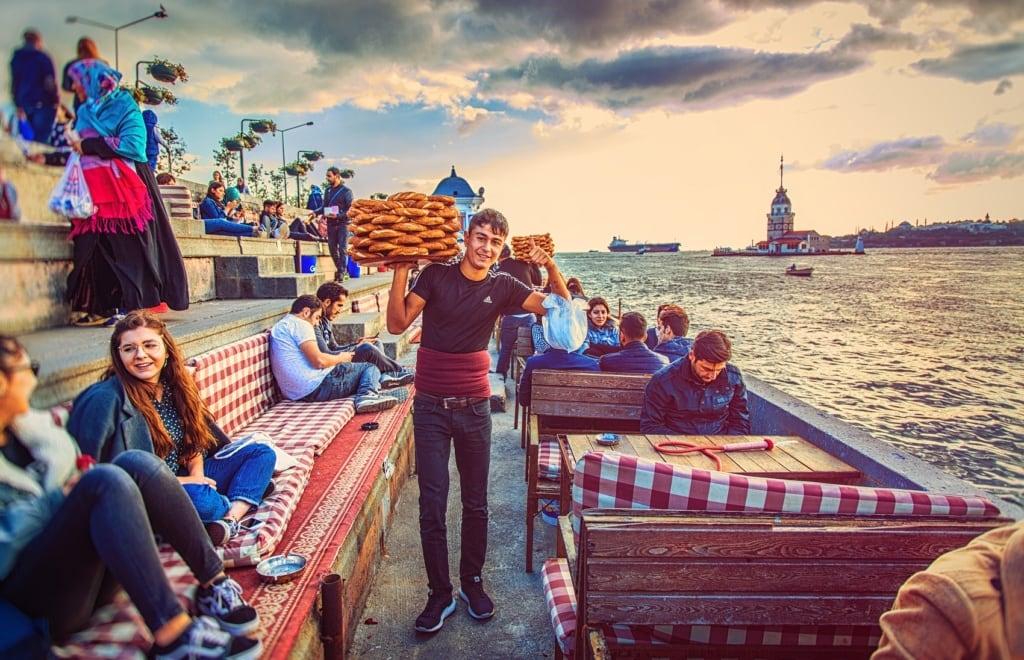 Ein Mann verkauft in Istanbul Simit