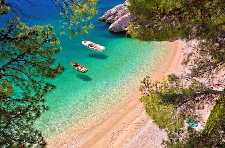 Strand mit Booten in Brela in Süddalmatien