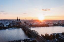 Blick von der rechten Rheinseite auf den Kölner Dom bei Sonnenuntergang