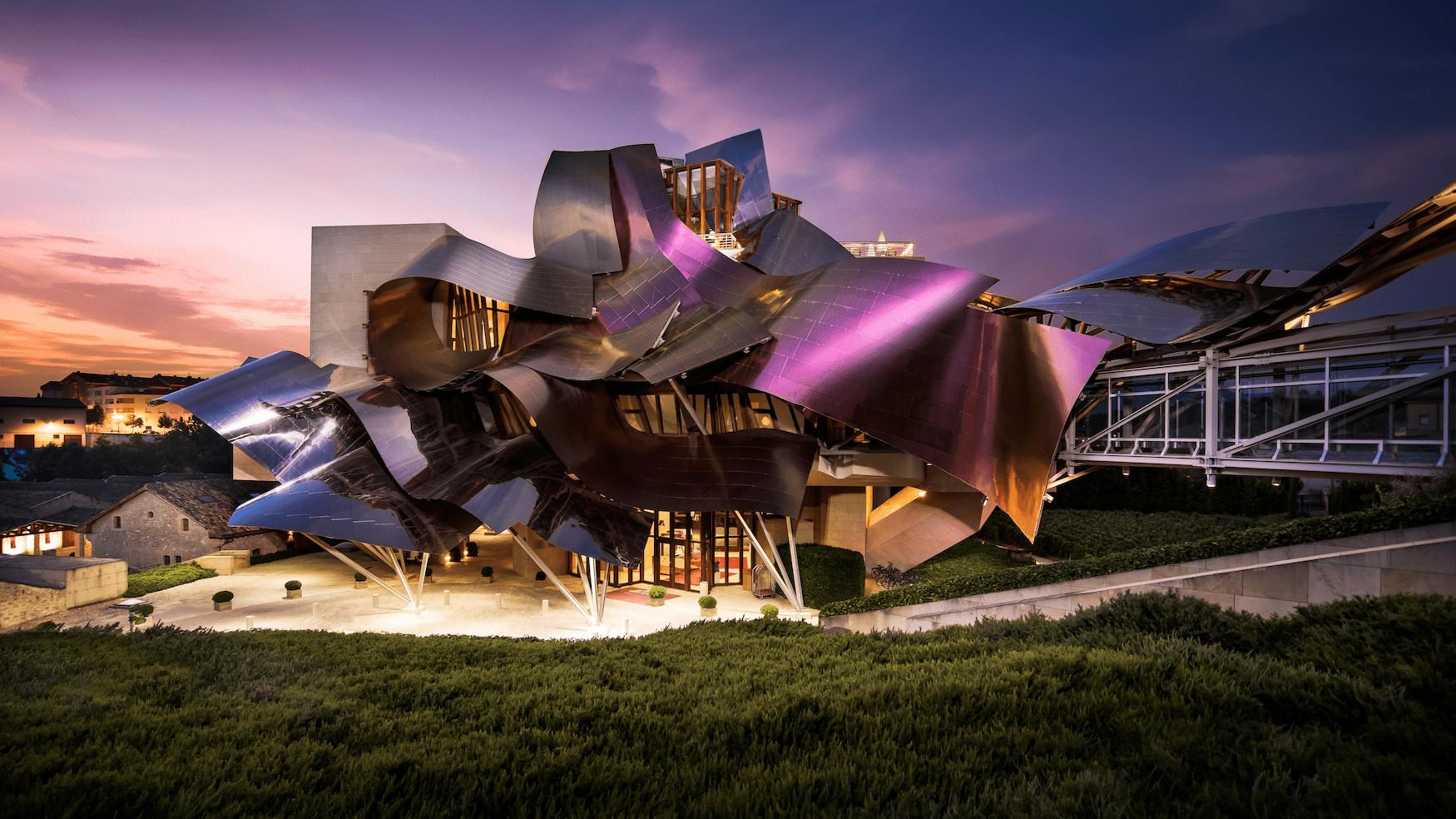 Das Luxus-Weingut Marqués de Riscal im Licht des Sonnenuntergangs
