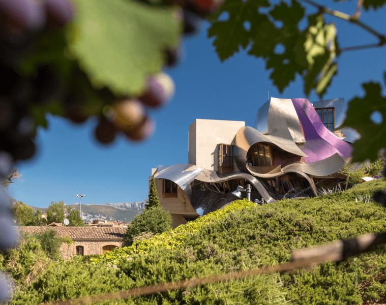 Das Marqués de Riscal ist ein architektonischer Blickfang zwischen den Weinbergen der spanischen Provinz Rioja