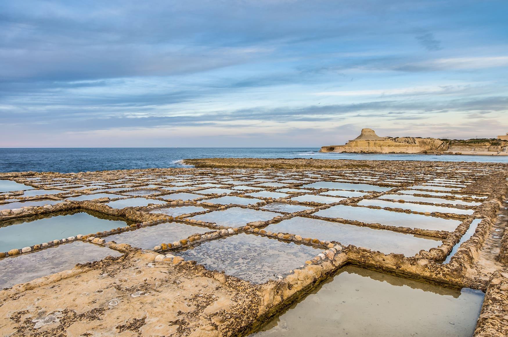 Salzverdunstungsteiche, auch Salinen oder Salzpfannen genannt, in der Nähe von Qbajjar auf der maltesischen Insel Gozo.