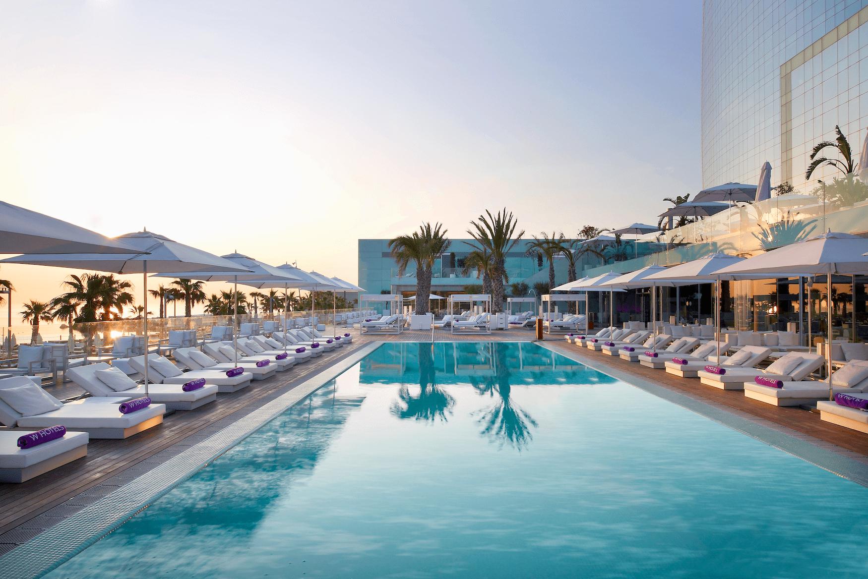 Outdoor-Deck mit Pool und Bar des W Barcelona Hotels