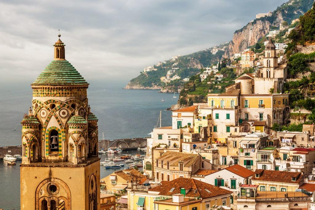 Blick auf Amalfi mit der Turmspitze des Duomo