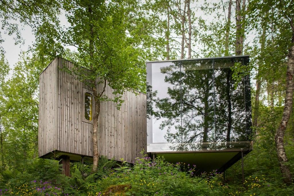 Baumhaus mit Spiegelfront in den Wäldern Norwegens