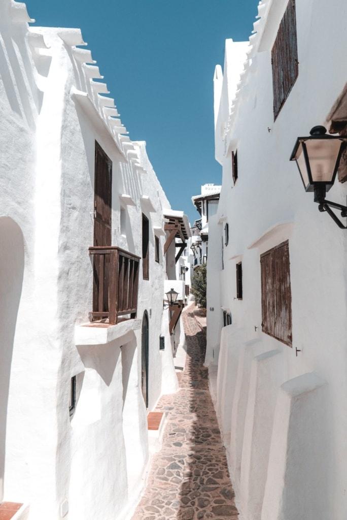 Gasse in Binibeca Vell auf Menorca