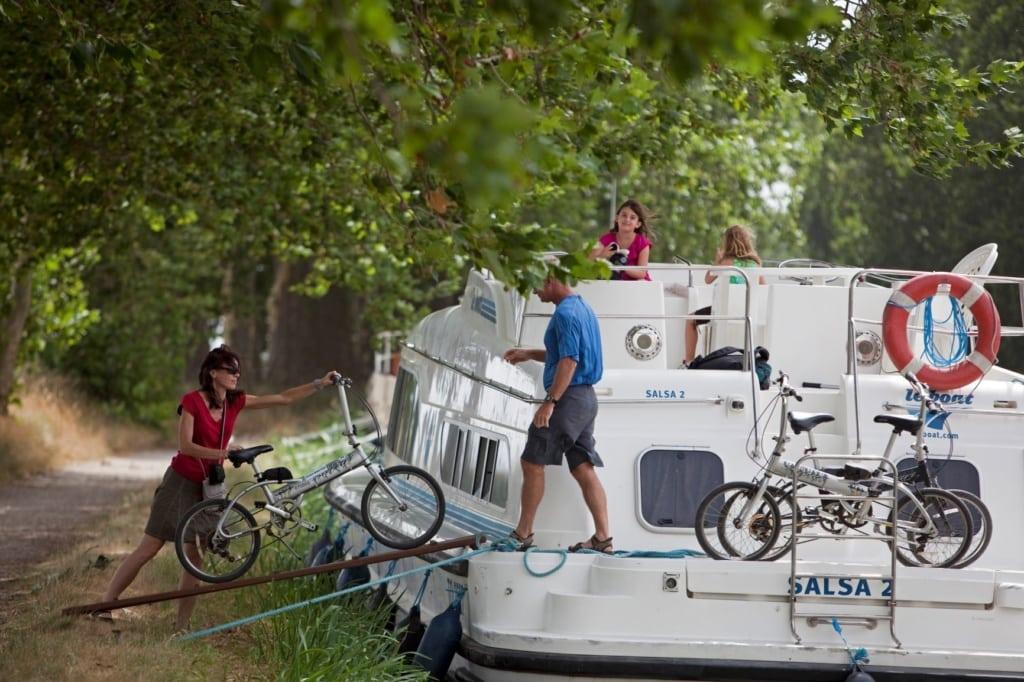 Familie auf Boot auf Canal du Midi