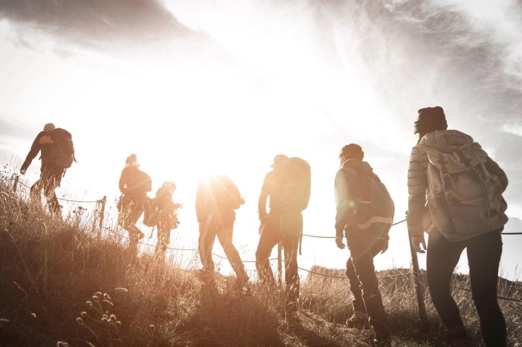 Wandern in Deutschland: Gruppe Menschen wandert Berg hinauf