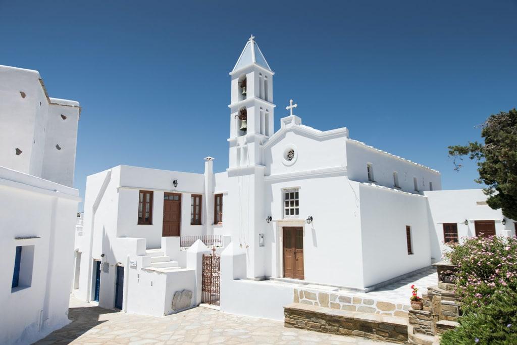 Blick auf weisse Häuser auf der Insel Tinos in Griechenland