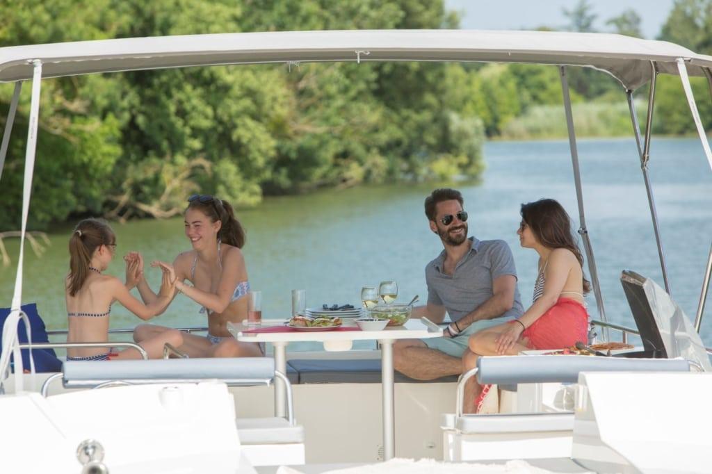Familie auf einem Hausboot