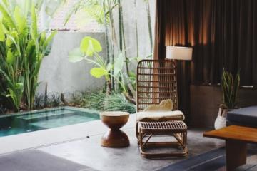 Hotelzimmer mit Pool und viel Grün