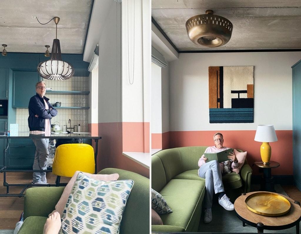 Mann steht und sitzt im Appartement des Hotels Boat & Co in Amsterdam