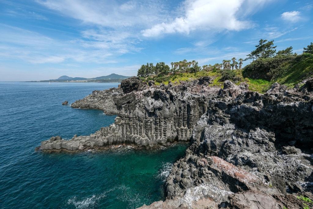 Steile felsige Klippen am Meer auf der Insel Jesu Korea