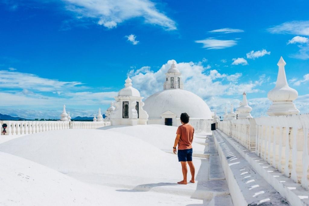 Tourist auf dem Dach der Kathdrale in Leon in Nicaragua