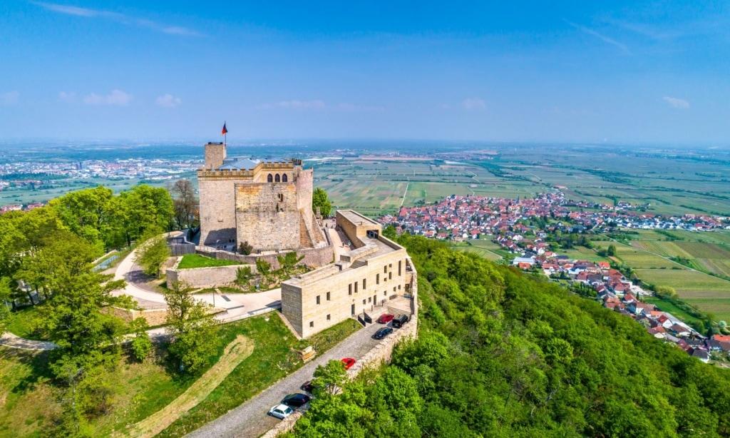 Urlaub in der Pfalz: Hambacher Schloss aus der Luft
