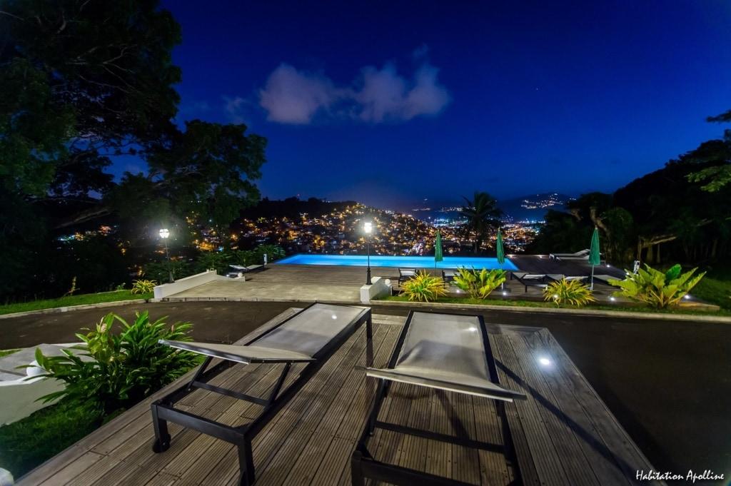 Der Blick im Apolline auf Martinique reicht weit über die Bucht.
