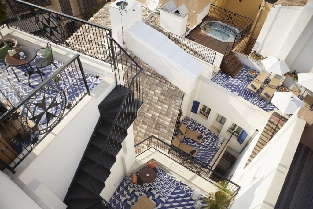 Verwinkelte Treppen führen durch das Hotel Cort.