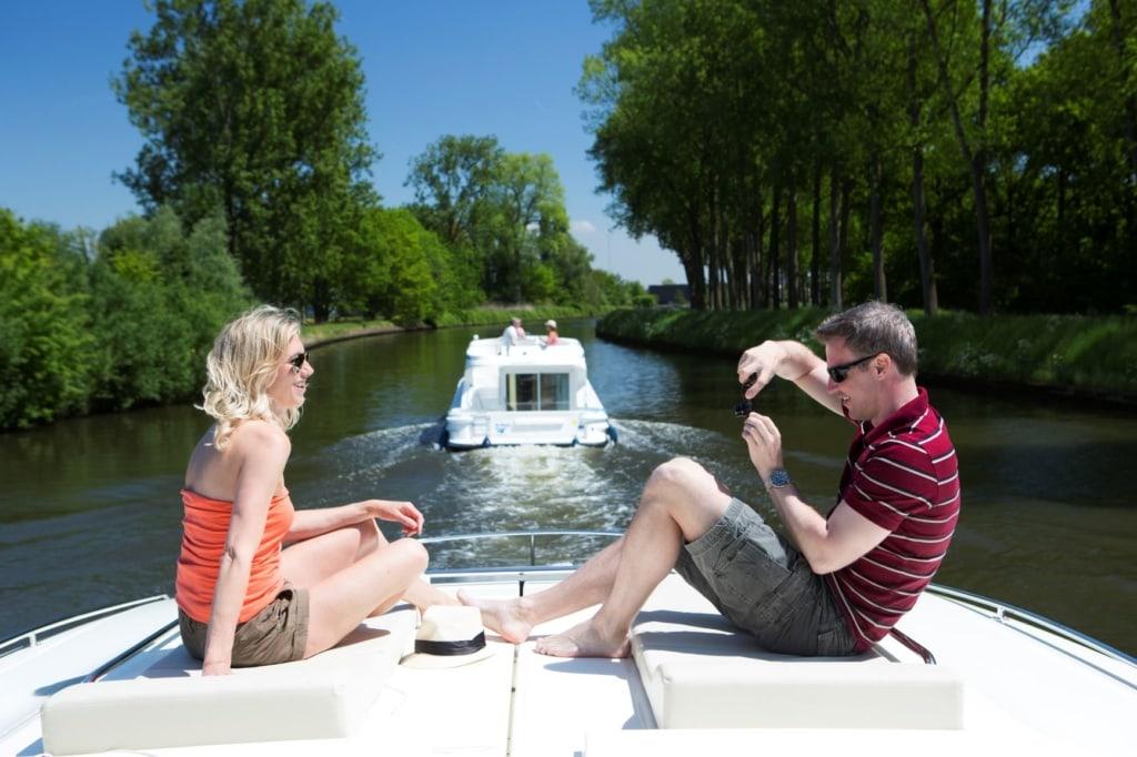 Paar auf Boot in Belgien