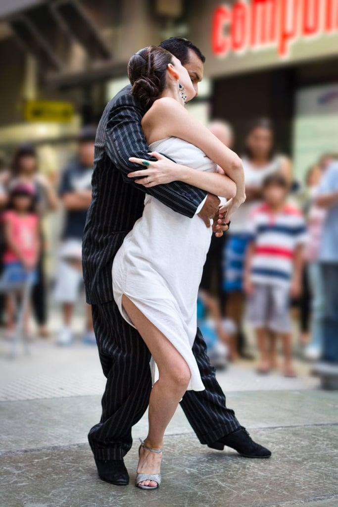 Paar tanzt eng den Tango auf der Straße
