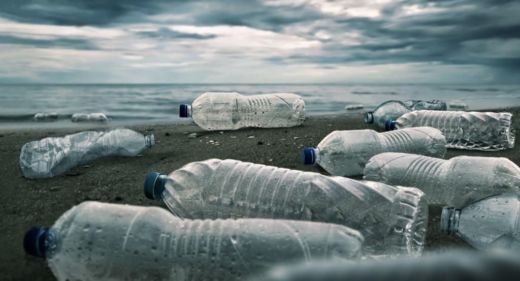Plastikflaschen am Strand