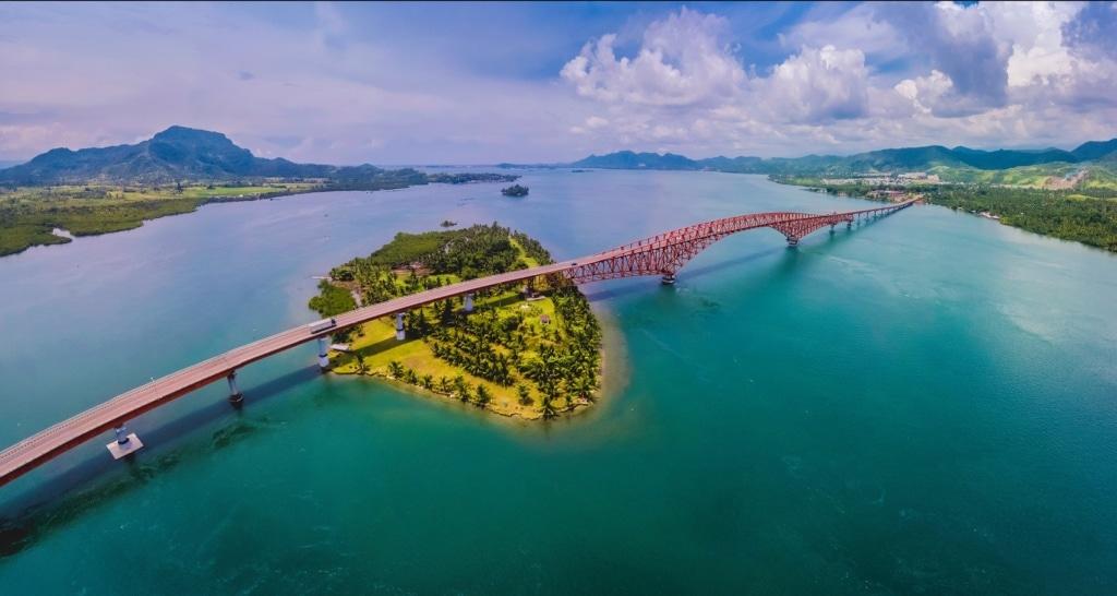 Die San Juanico Bridge verbindet die Insel Samar und Leyte auf den Philippinen.