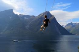 Schaukel hinaus zum Fjord in Norwegen
