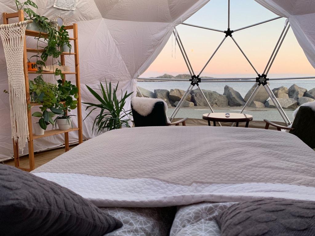 Dome Zelt mit Blick auf das Meer in Norwegen