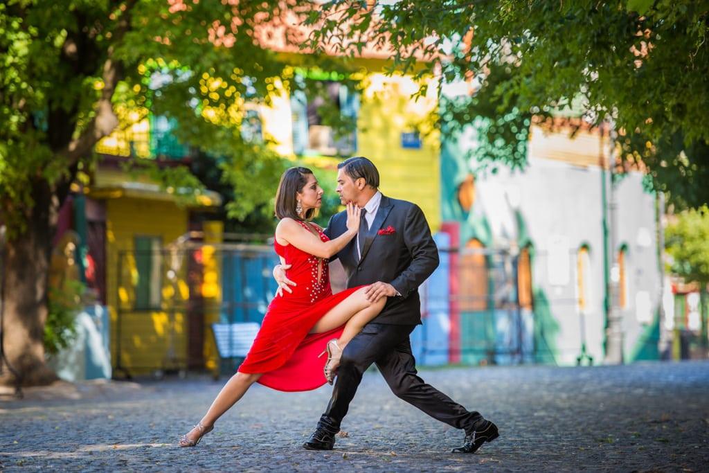 Paar tanzt engumschlungen tango au den Straßen von Buenos Aires